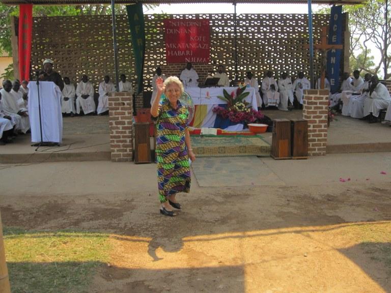 2010. Uvira, (RD Congo). Rosetta saluta durante la celebrazione nel 50° della presenza delle saveriane.JPG