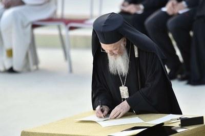 Bartolomeo firma l'Appello per la Pace (Siciliani)