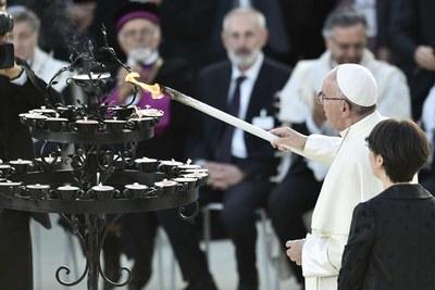 Francesco durante la cerimonia per la firma dell'Appello per la Pace (Siciliani)