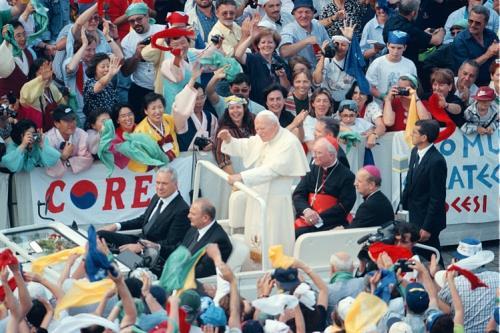 Giovanni Paolo II tra la gente (ImagoMundi)