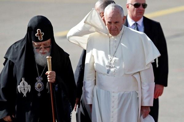 (Il patriarca Ilia II ha accolto il Pontefice all'aeroporto, Lapresse)