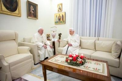 Francesco e Benedetto XVI in una visita al monastero dove vive il Papa emerito (Lapresse)