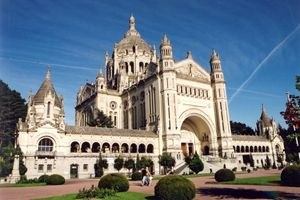 basilica-santa-teresa-di-lisieux-normandia_1544113.jpg