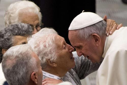 L'abbraccio degli anziani a papa Francesco (Ansa web)