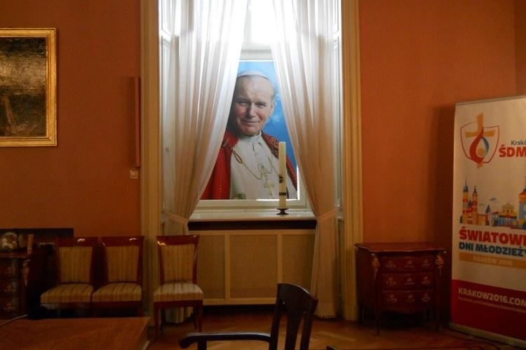 ... l'interno dell'arcivescovado, il palazzo dove Francesco alloggerà durante la sua visita a Cracovia.