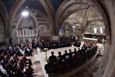 Preghiera ecumenica dei cristiani col Papa nella Basilica inferiore (Siciliani)