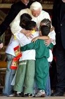 papa-abbraccia-bambini-ansa_2930130.jpg
