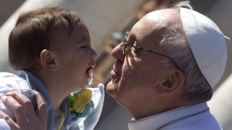 papa-bacia-bimbo_2941754_2941763.jpg