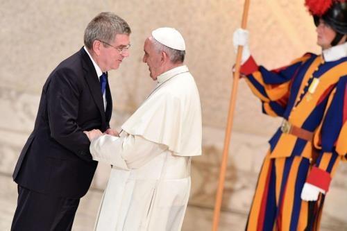 Papa Francesco con il presidente del Comitato Olimpico Internazionale Thomas Bach (Ansa web)