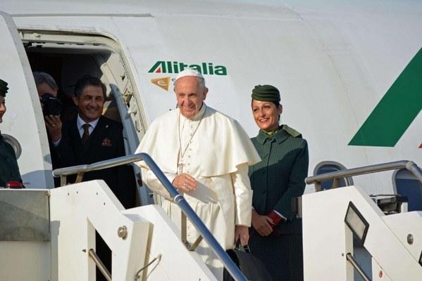 (Papa Francesco in partenza dall'aeroporto di Fiumicino, Ansaweb)
