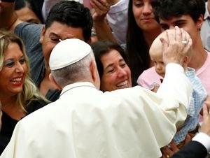 pope-francis-blesses2_2448612.jpg