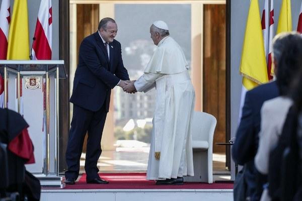 (Francesco con Giorgi Margvelashvili, presidente della Georgia, Lapresse)