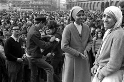 Madre Teresa di Calcutta a Milano nel 1973 (Fotogramma)