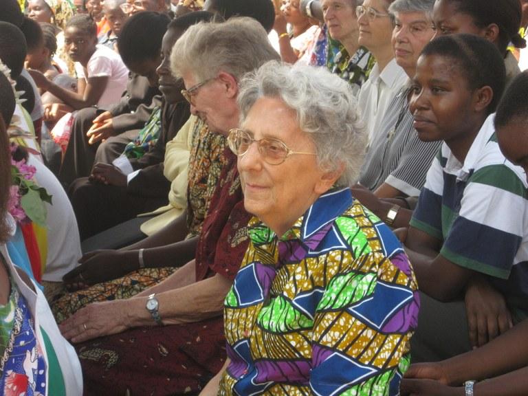 Uvira (RD Congo), 2010. Rosetta Mancini con le sorelle e la popolazione di Uvira, durante la celebrazione nel 50° di presenza delle saveriane..JPG