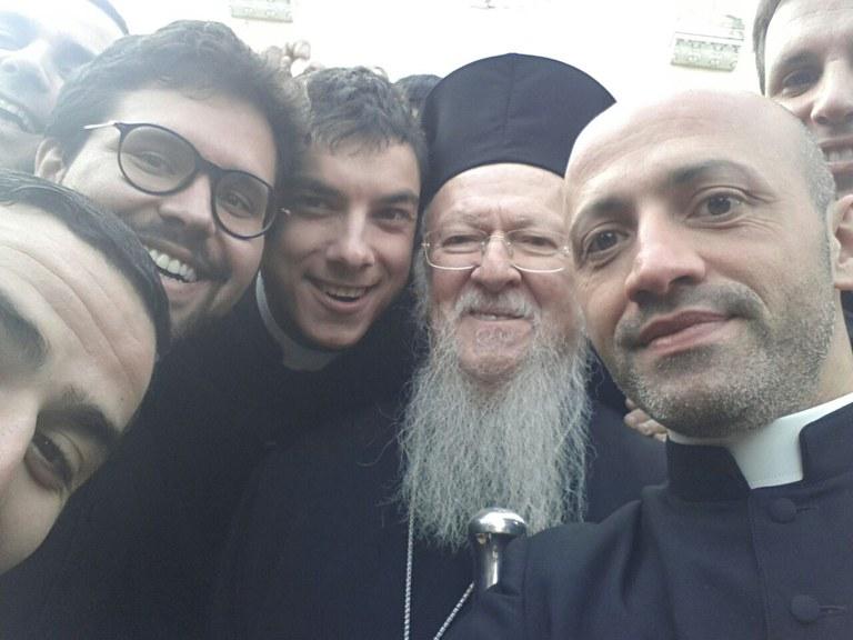 Selfie di Bartolomeo con i seminaristi.jpg